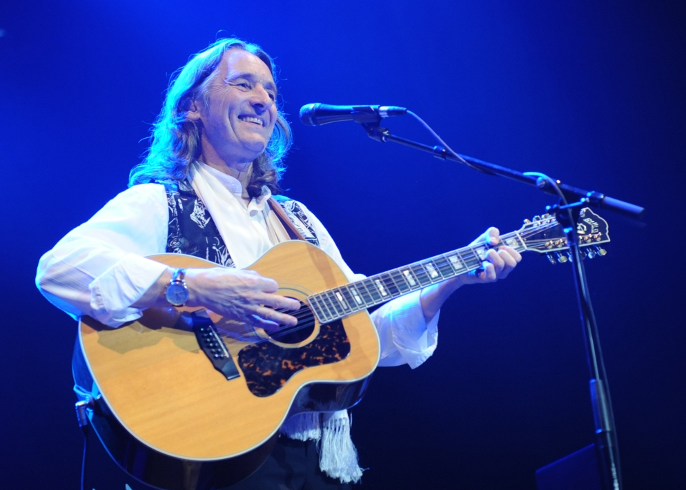 roger-hodgson-guitar-blue-background-promo-rs-f